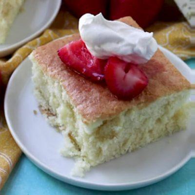 کیک اسفنجی آسان با توت فرنگی