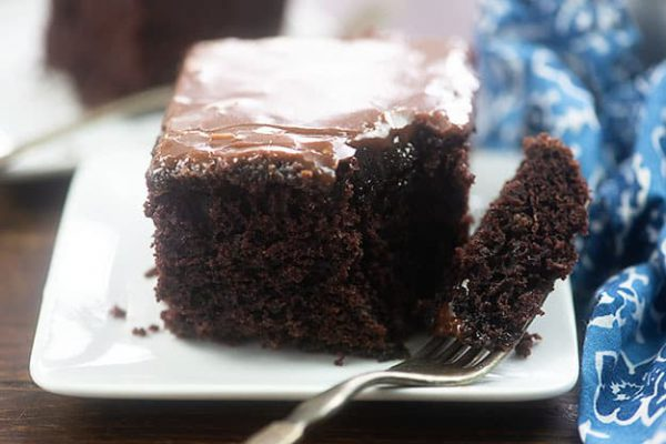 طرز تهیه کیک شکلاتی با باترمیلک با فوج فراستینگ
